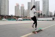 Κορίτσι χορεύει πάνω σε πατίνι