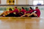 Όταν μια γυναικεία ομάδα κολύμβησης βαριέται στο αεροδρόμιο