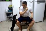 Πανέξυπνο κόλπο για να κάνει τον σκύλο του να πάρει το φάρμακο του
