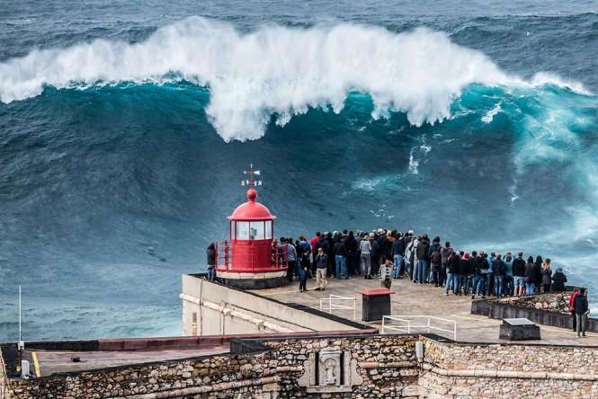 Γιγάντιο κύμα στις ακτές της πόλης Ναζαρέ στην Πορτογαλία | Φωτογραφία της ημέρας