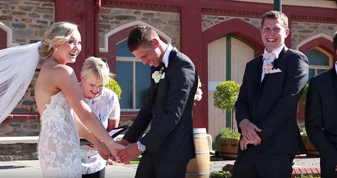 Αγοράκι διακόπτει γαμήλια τελετή λόγω... επείγουσας ανάγκης