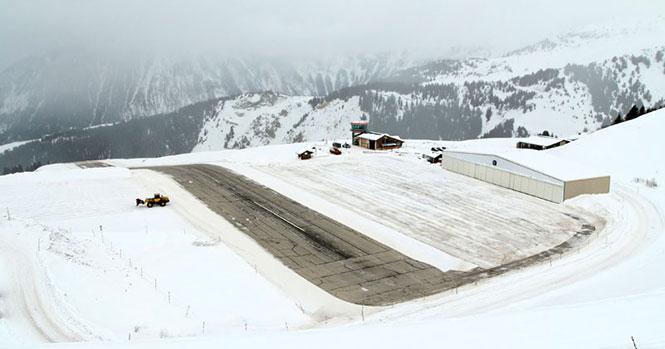 Η απογείωση από αυτό το αεροδρόμιο στις Γαλλικές Άλπεις κόβει την ανάσα