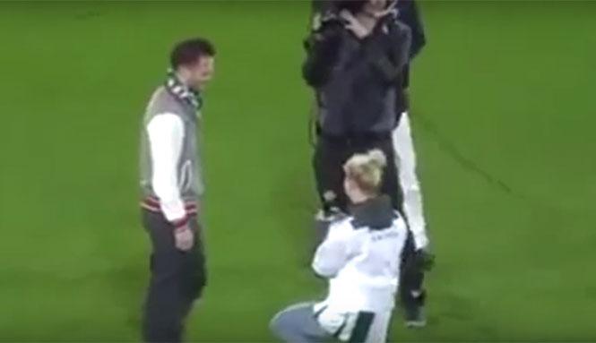 Δείτε πως αντέδρασε όταν του έκανε πρόταση γάμου η κοπέλα του στο γήπεδο