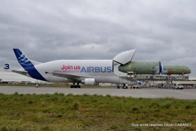 Το γιγάντιο αεροσκάφος που χρησιμοποιείται για να μεταφέρει άλλα αεροπλάνα (11)