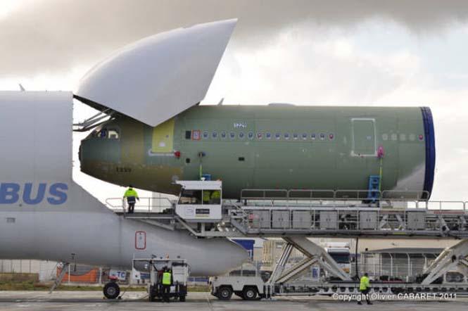 Το γιγάντιο αεροσκάφος που χρησιμοποιείται για να μεταφέρει άλλα αεροπλάνα (4)
