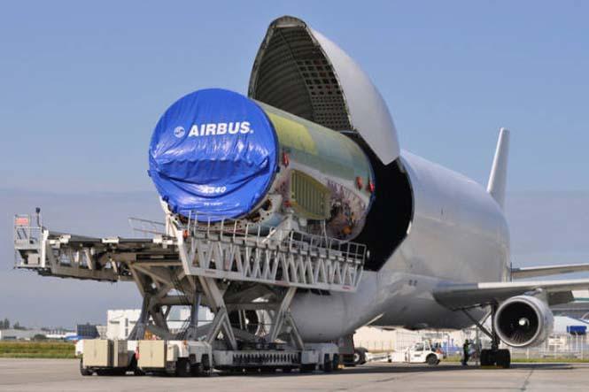 Το γιγάντιο αεροσκάφος που χρησιμοποιείται για να μεταφέρει άλλα αεροπλάνα (5)