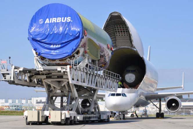 Το γιγάντιο αεροσκάφος που χρησιμοποιείται για να μεταφέρει άλλα αεροπλάνα (7)