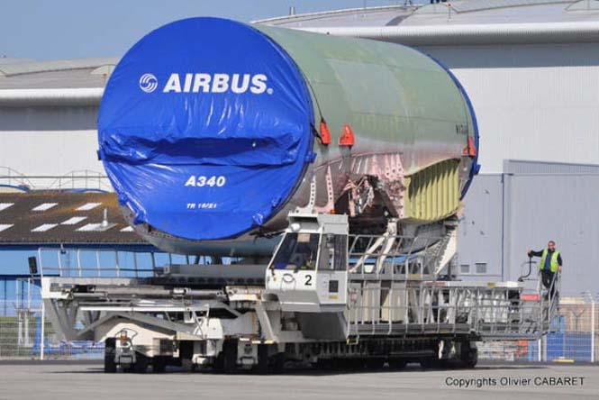Το γιγάντιο αεροσκάφος που χρησιμοποιείται για να μεταφέρει άλλα αεροπλάνα (9)