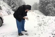 Γυναίκα 101 ετών παίζει στο χιόνι