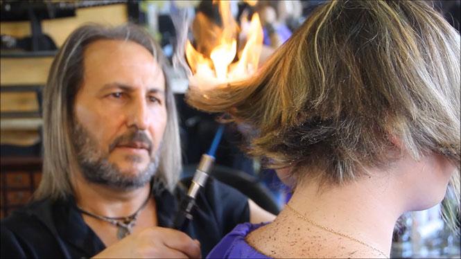 Ισπανός κομμωτής κουρεύει με σπαθιά και φωτιά