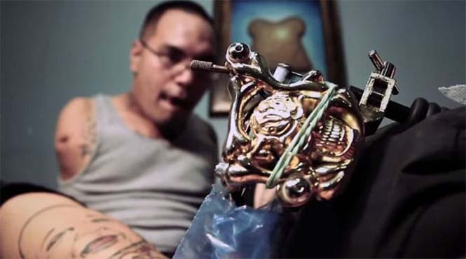 Καλλιτέχνης κάνει τατουάζ με τα πόδια (1)