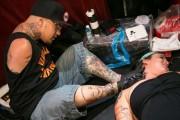 Καλλιτέχνης κάνει τατουάζ με τα πόδια (2)