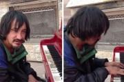 Κανείς δεν έδινε σημασία σε αυτόν τον άστεγο, μέχρι που έκατσε σε ένα πιάνο που βρήκε στον δρόμο