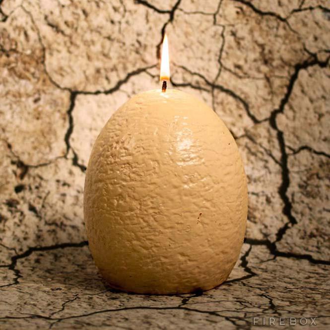 Καθώς λιώνει αυτό το κερί σε σχήμα αβγού δεινοσαύρου, αποκαλύπτεται μια έκπληξη (1)