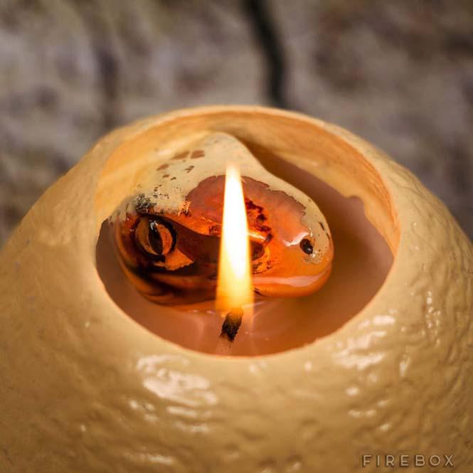 Καθώς λιώνει αυτό το κερί σε σχήμα αβγού δεινοσαύρου, αποκαλύπτεται μια έκπληξη (2)