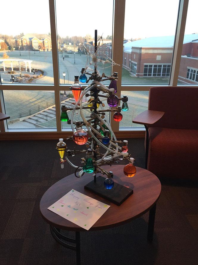 Το χριστουγεννιάτικο δένδρο ενός χημικού | Φωτογραφία της ημέρας