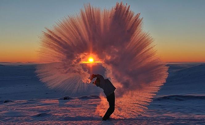 Τι θα συμβεί αν πετάξεις καυτό τσάι στον αέρα του Αρκτικού Κύκλου την ώρα του ηλιοβασιλέματος | Φωτογραφία της ημέρας