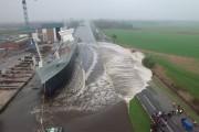 Πλοίο πέφτει στο νερό για πρώτη φορά