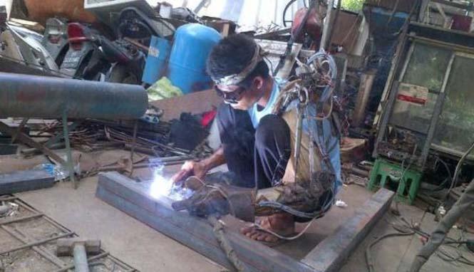 Άνδρας από την Ινδονησία έφτιαξε μόνος του βιονικό χέρι (3)