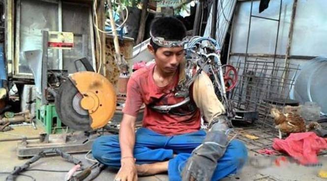Άνδρας από την Ινδονησία έφτιαξε μόνος του βιονικό χέρι (4)