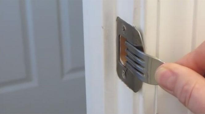 Δείτε πως μπορείτε να κλειδώσετε οποιαδήποτε πόρτα μ' ένα πιρούνι