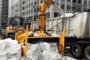 Εκχιονιστικό ρουφάει και «φτύνει» το χιόνι