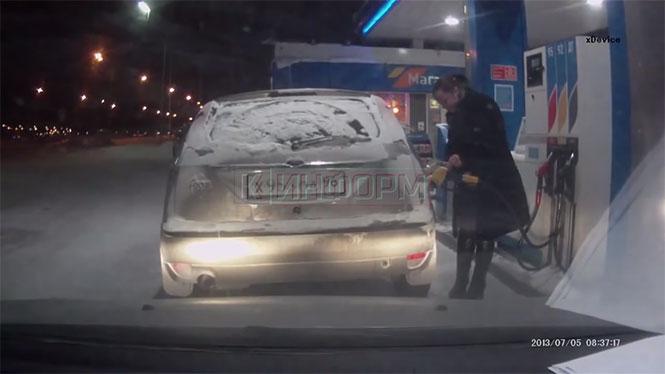 Αυτή η γυναίκα αποφάσισε να ανάψει αναπτήρα την ώρα που έβαζε βενζίνη...