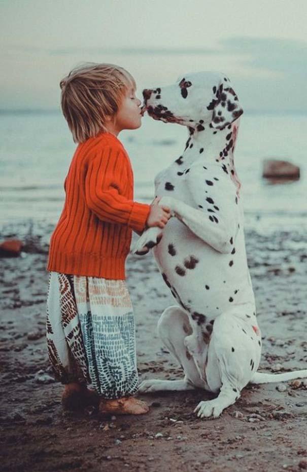 Μωρά και σκύλοι σε αξιολάτρευτες φωτογραφίες (7)