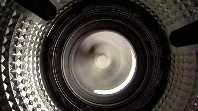 Η οπτική από το εσωτερικό ενός πλυντηρίου ρούχων