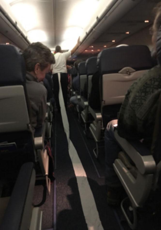 Ο αεροσυνοδός βγήκε βιαστικά από την τουαλέτα   Φωτογραφία της ημέρας