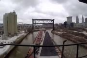 Πλοίο περνάει μέσα από το ποτάμι που διασχίζει μια πόλη