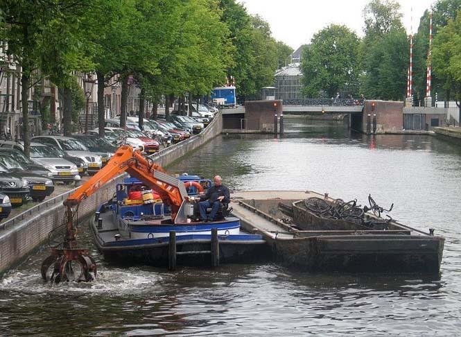 Ψαρεύοντας ποδήλατα στα κανάλια του Άμστερνταμ (1)