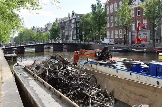 Ψαρεύοντας ποδήλατα στα κανάλια του Άμστερνταμ (3)