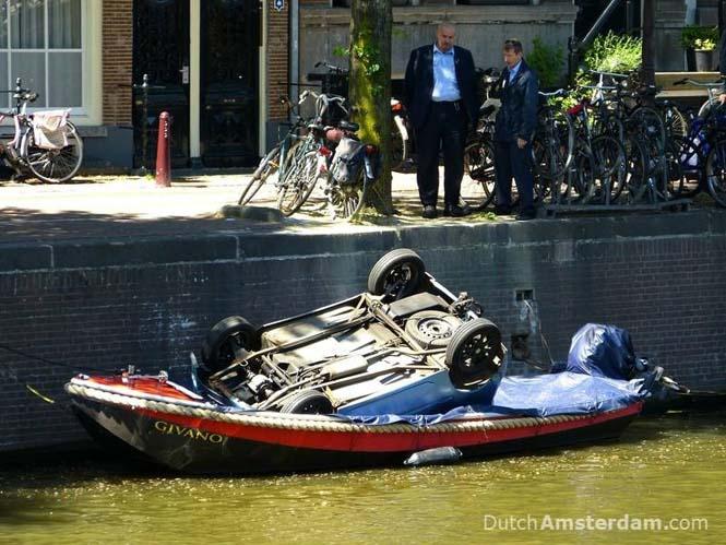 Ψαρεύοντας ποδήλατα στα κανάλια του Άμστερνταμ (5)