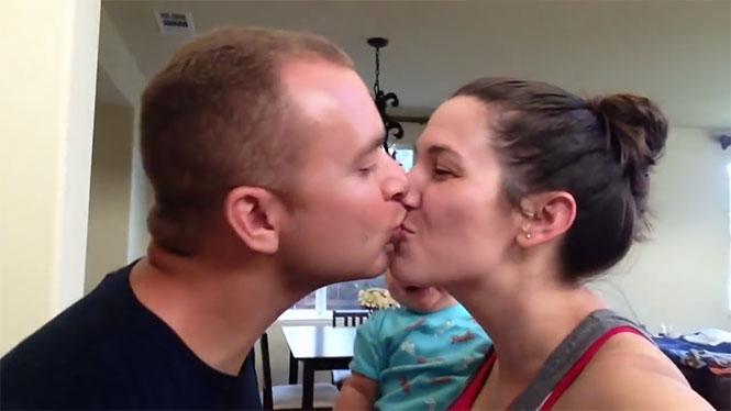 Δείτε πως αντιδρά αυτό το μωρό όταν οι γονείς του φιλιούνται