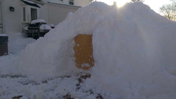 Η χιονοθύελλα του έδωσε την ευκαιρία να φτιάξει ένα Igloo στην αυλή του (1)