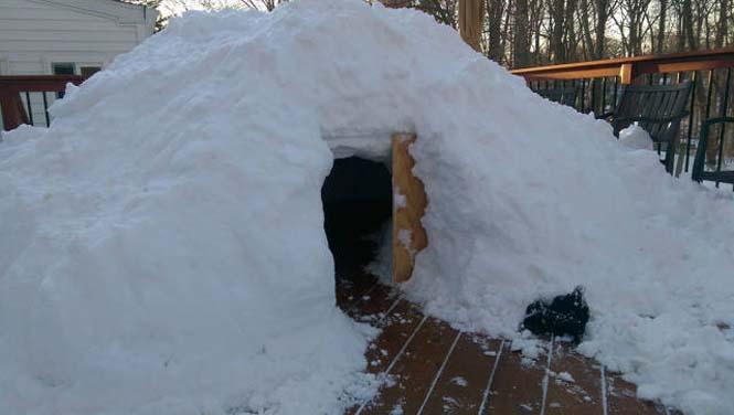 Η χιονοθύελλα του έδωσε την ευκαιρία να φτιάξει ένα Igloo στην αυλή του (2)