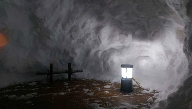 Η χιονοθύελλα του έδωσε την ευκαιρία να φτιάξει ένα Igloo στην αυλή του (8)