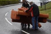 Δυο μεθυσμένοι Ιρλανδοί προσπαθούν να μεταφέρουν έναν καναπέ