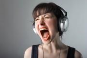 Έτσι ακούγεσαι στην πραγματικότητα όταν τραγουδάς ενώ ακούς μουσική με ακουστικά