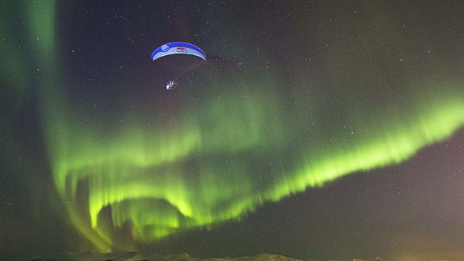 Κάνοντας παραπέντε στο Βόρειο Σέλας της Νορβηγίας