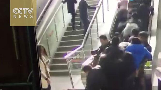 Κυλιόμενη σκάλα γυρίζει ξαφνικά αντίστροφα και προκαλεί χάος