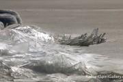 Κύματα από πάγο σκάνε στην στεριά