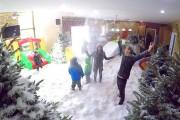 Μπαμπάς μετέτρεψε το σαλόνι σε χιονισμένο δάσος για φάρσα στην οικογένεια του