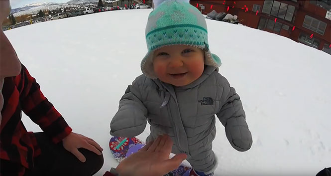 Μωρό 14 μηνών κάνει snowboard