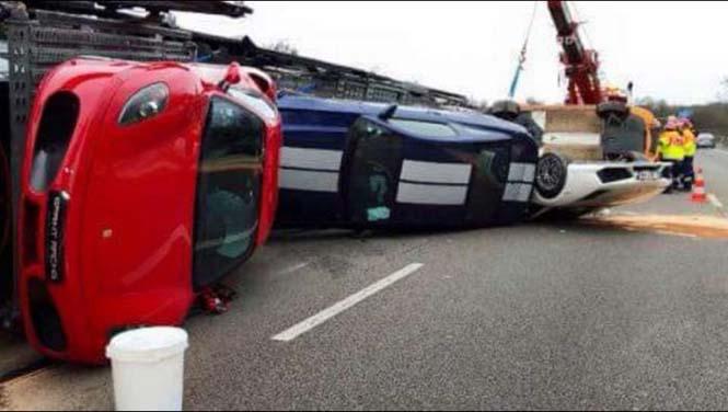 Νταλίκα που μετέφερε 9 supercars ανετράπη (2)
