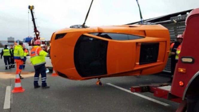 Νταλίκα που μετέφερε 9 supercars ανετράπη (4)