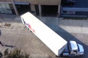 Παρκάροντας ένα τεράστιο φορτηγό με χειρουργική ακρίβεια σε στενό γκαράζ
