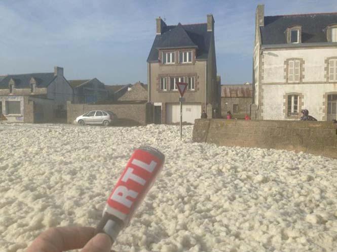 Ένα χωριό της Γαλλίας καλύφθηκε από αφρό (2)