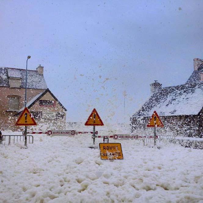 Ένα χωριό της Γαλλίας καλύφθηκε από αφρό (6)